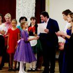 Алексей Шмыков вручает сертификат на получение стипендии Анастасии Баранниковой