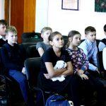 Ученики 5м класса лицея № 10 слушают рассказ о Чайковском
