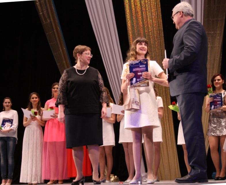 Диплом лучшему ансамблю вручают учредители конкурса
