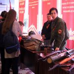 Выставка оружия в фойе перед началом презентации