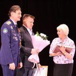 Автор книги Евгений Тетерин и Герой России Игорь Родобольский вручают книги родственникам героев