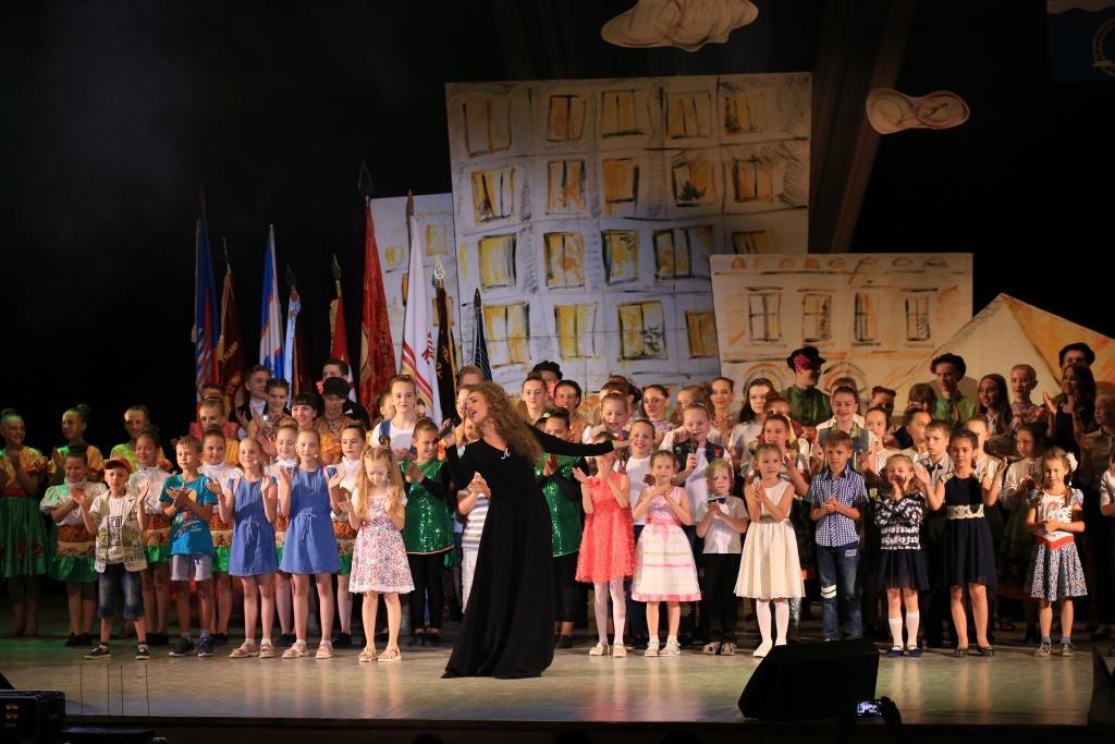 Анастасия Тюшнякова и юные участники вечера