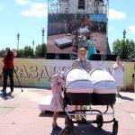 Самые юные участники парада - Агния и Варвара Степановы спят в коляске